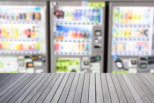 Leere Nach oben Holztisch und verschwommene Bild von Automaten – Foto