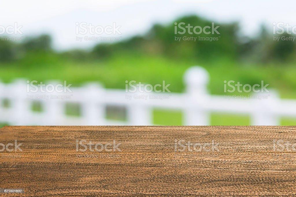 top tavolo in legno vuota e giornata di sole astratto sfondo sfocato foto stock royalty-free