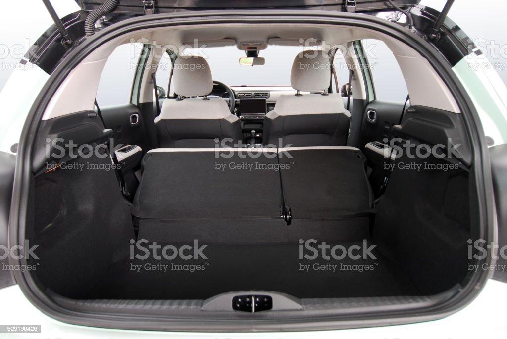 Leeren Kofferraum des Kleinwagens – Foto
