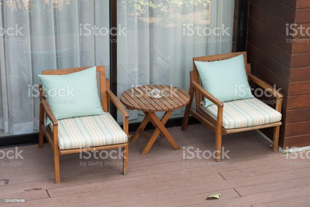 Leer Zwei Stühlen Und Tisch Im Balkon Oder Terrasse ...