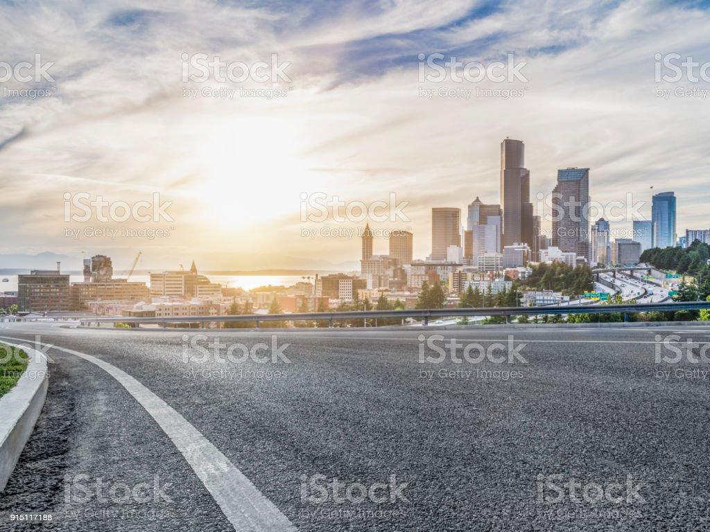 leere städtische Straße Reise durch moderne Wolkenkratzer von Seattle – Foto