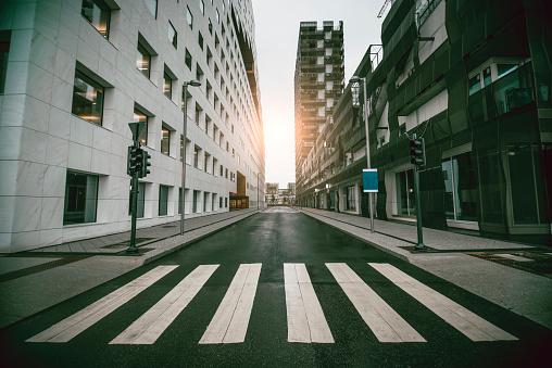 Leere Urban Street Wolkenkratzer Bei Sonnenaufgang Stockfoto und mehr Bilder von Architektur