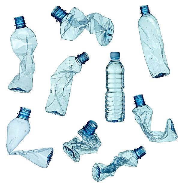 esvaziar o lixo garrafa ecologia ambiente usado - garrafa - fotografias e filmes do acervo