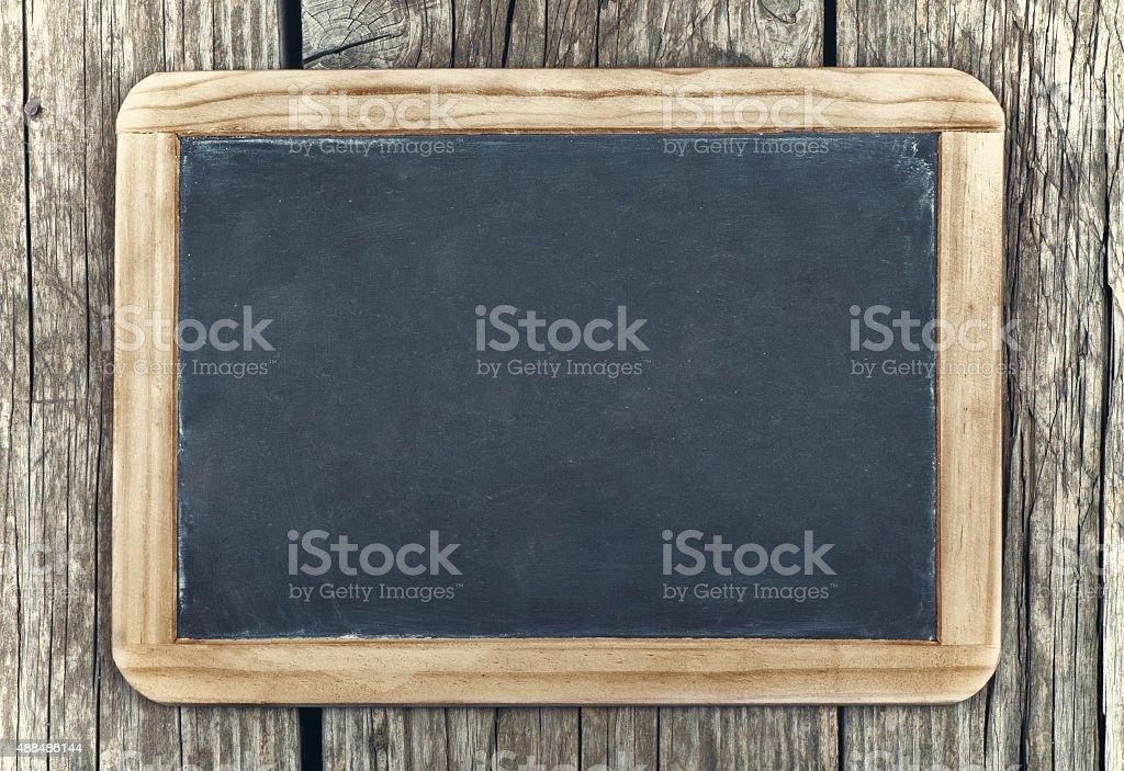 Tableau vide dans cadre en bois vintage sur fond en bois - Photo
