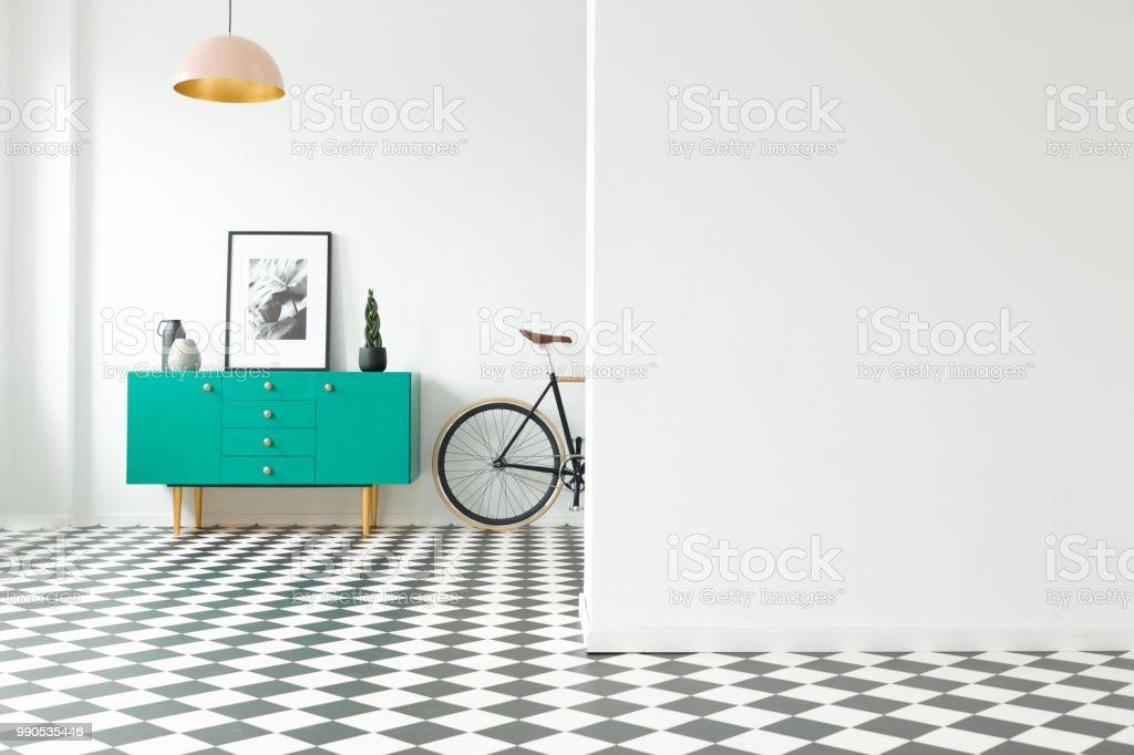 Leere Wand Und Schrank Mit Dekorationen Stehen Neben Einem Fahrrad