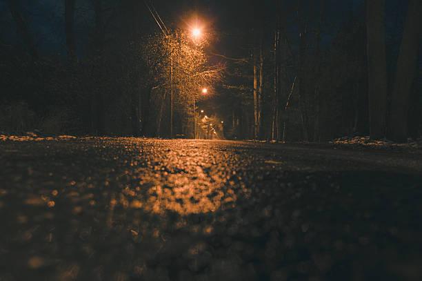 Leere nassen asphalt road und lamppost Lichter in der Nacht – Foto