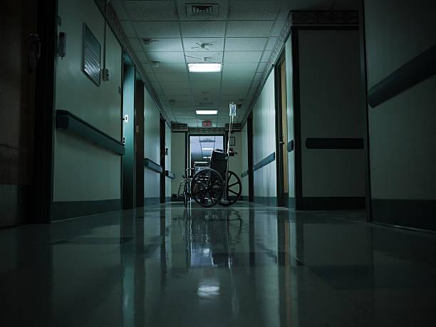 空の車椅子や点滴に病院の廊下 - 廊下 ストックフォトと画像