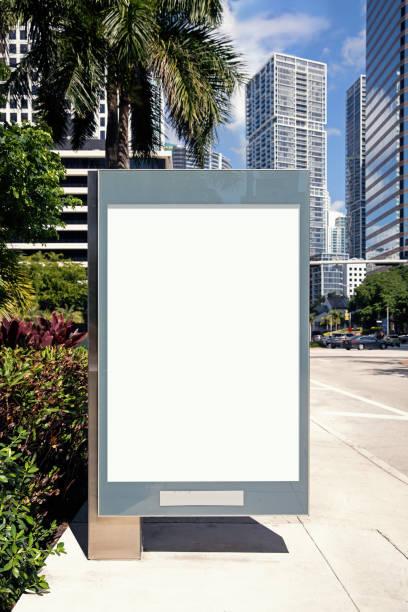 Leere weiße Plakatwand für die Präsentation Ihres Design-, Retail-, Werbe-und Handelskonzepts. Urbane Outdoor-Mockup. – Foto