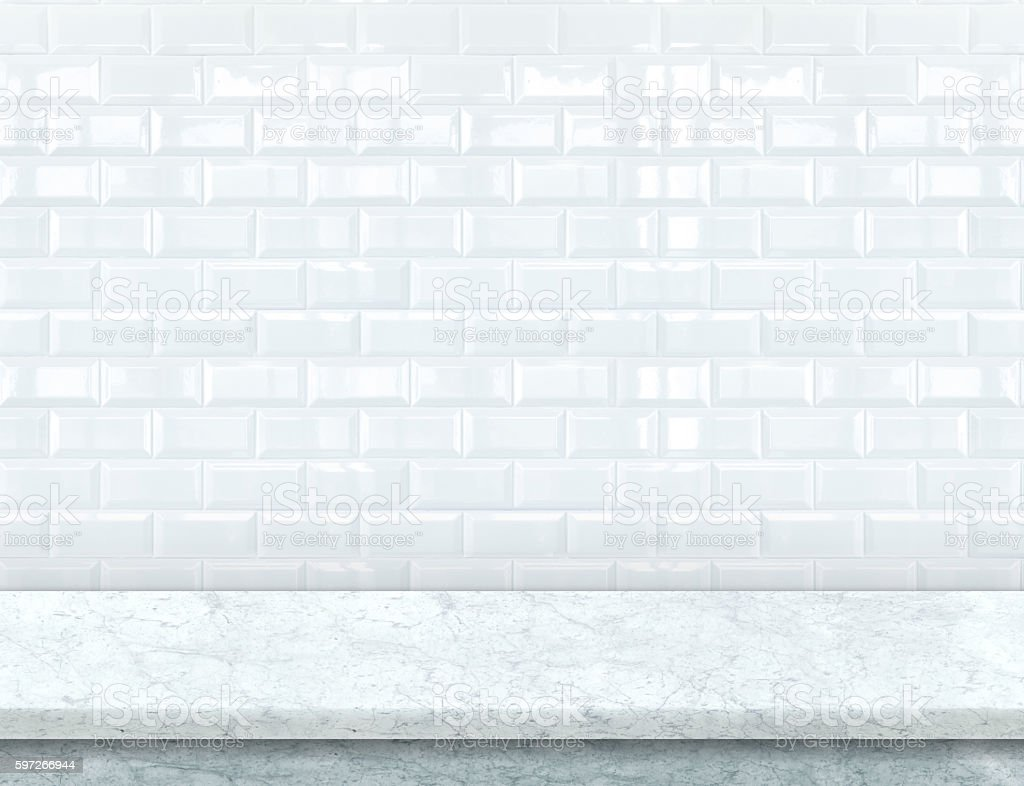 Empty white marble table top with glossy tile wall photo libre de droits