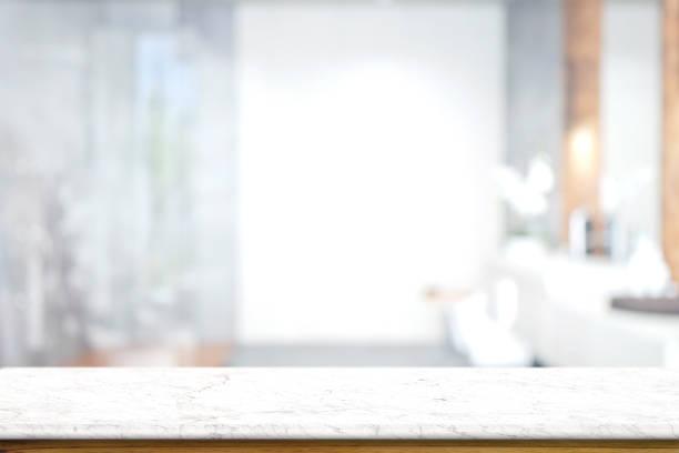 vazia branca top mesa de mármore com interior banheiro turva fundo. para montagem de exposição de produto. - banheiro doméstico - fotografias e filmes do acervo