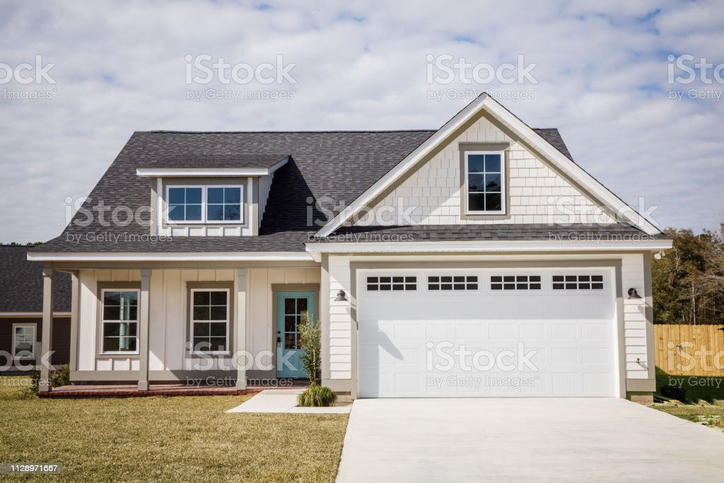 Empty White New Construction Cottage House Just Completed - Foto stock royalty-free di Bianco