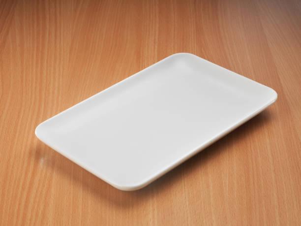 Leere weiße Porzellanteller auf Holztisch Hintergrund. – Foto