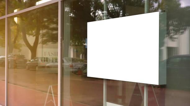 cadre blanc vide d'affiche sur le verre de la vitrine - vitrine magasin photos et images de collection