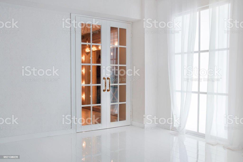 Photo libre de droit de Vide Chambre Blanche Avec Grande Fenêtre Et ...