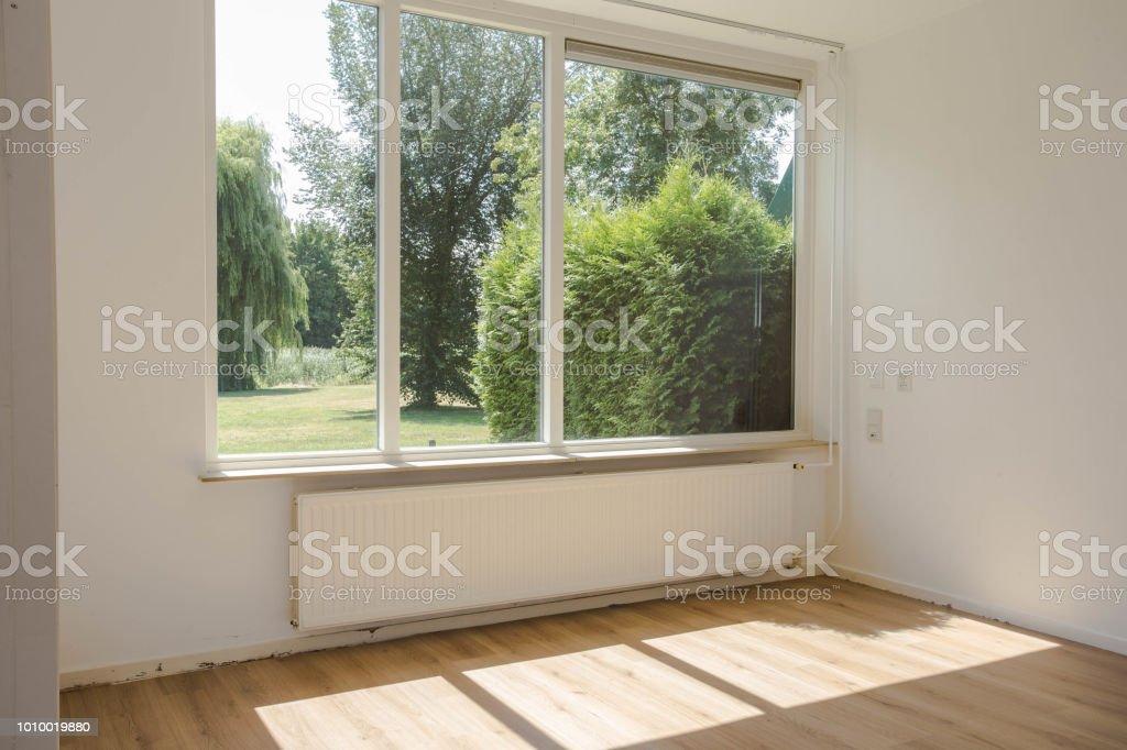 Leerer Weisser Raum Mit Holzboden Parkett Grosse Fenster Und