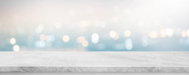 leere weiße stein marmor tischplatte und unscharfe abstrakte bokeh leichte banner hintergrund - kann für die anzeige oder die montage ihrer produkte. - grauer tisch stock-fotos und bilder
