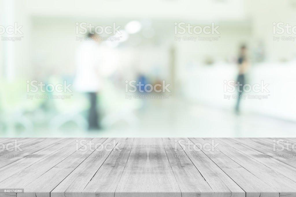 Vazia branca madeira mesa no borrão interior do hospital para o fundo, espaço para produtos de montagem - foto de acervo