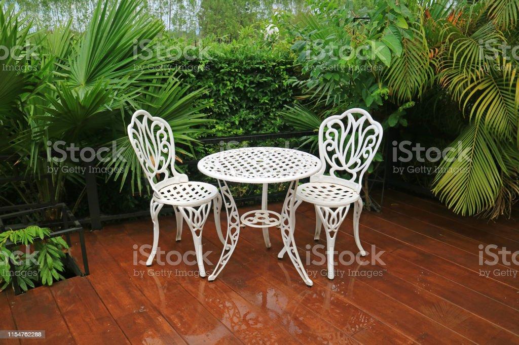 Photo libre de droit de Table De Thé De Jardin En Fer Forgé ...