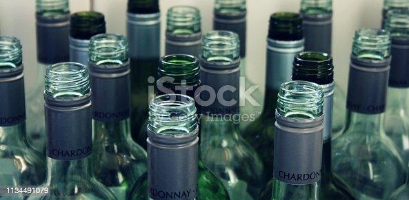 Leere Flaschen auf hellem Boden