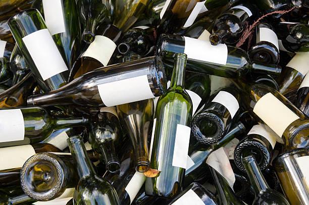 leere weinflaschen - recycelte weinflaschen stock-fotos und bilder