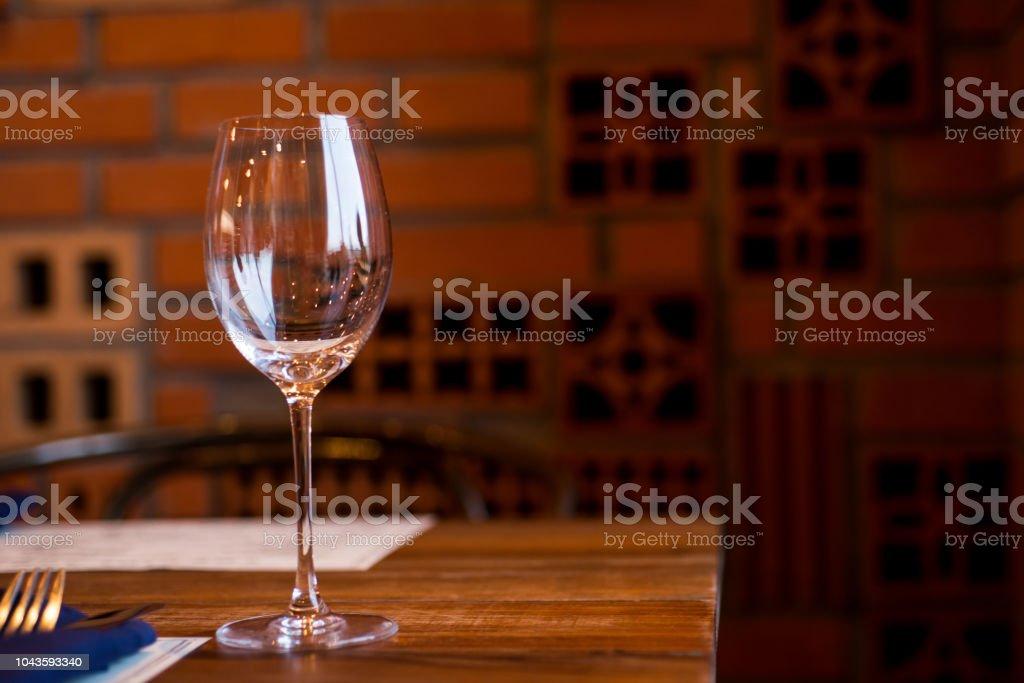 Copos de vinho vazios na mesa no restaurante - foto de acervo
