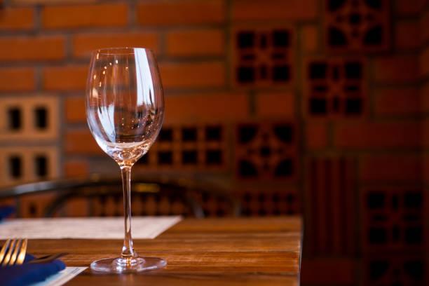 copos de vinho vazios na mesa no restaurante - fine dining - fotografias e filmes do acervo