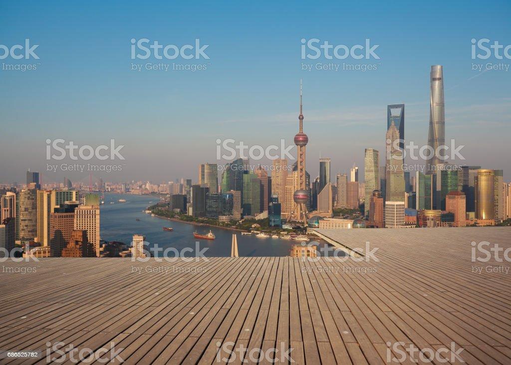 Empty wood floor with modern city landmark buildings of Shanghai bund Skyline royaltyfri bildbanksbilder