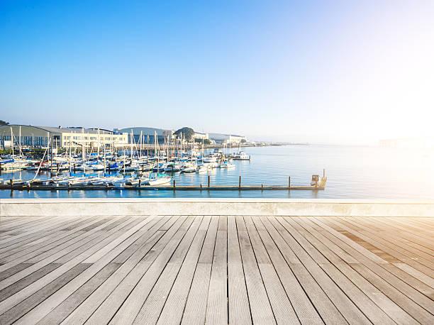 Vazia com piso de madeira com barco a vela em dia ensolarado - foto de acervo