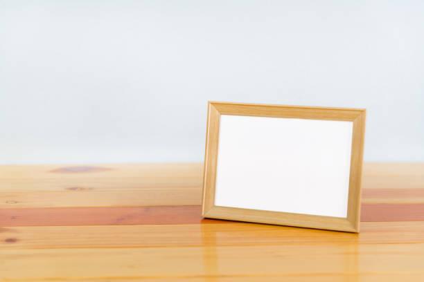 Kopya alanı, resim bellek ile ahşap tabloda boş ahşap fotoğraf çerçevesi. stok fotoğrafı