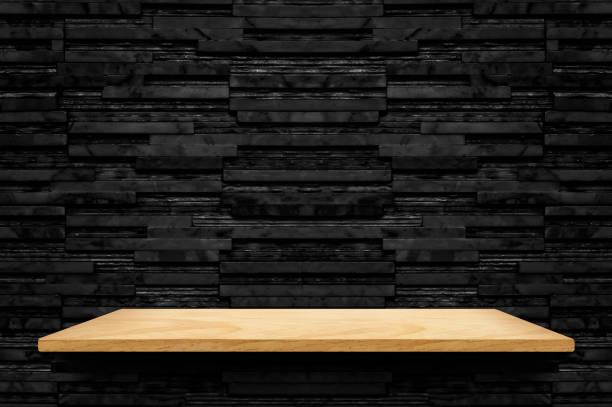 leere holz-regal am schwarzen schicht marmor fliese wand hintergrund mock für anzeige oder montage von produkt oder design, moderne inneneinrichtung hintergrund - regal schwarz stock-fotos und bilder