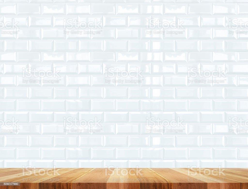 Vazia mesa de madeira e cerâmica parede de tijolos ao fundo - foto de acervo