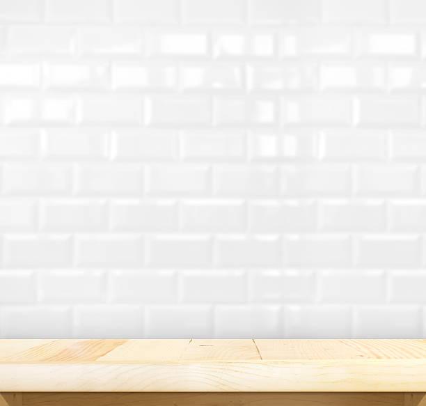 Leere Holztisch und weißen Keramik-Fliesen Wand – Foto