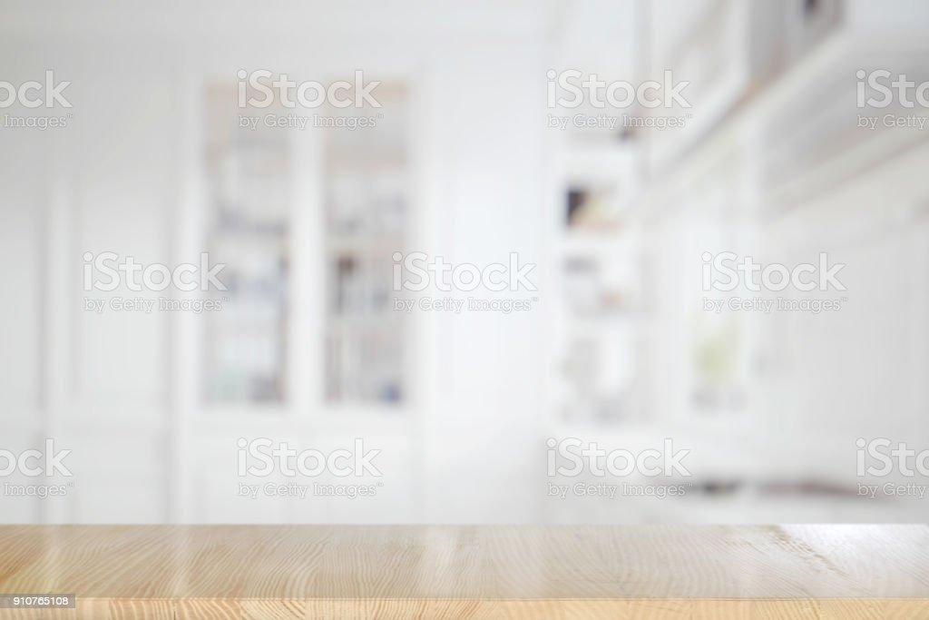 Tabela de madeira vazia no quarto da cozinha. para montagem de exposição de produto. - foto de acervo