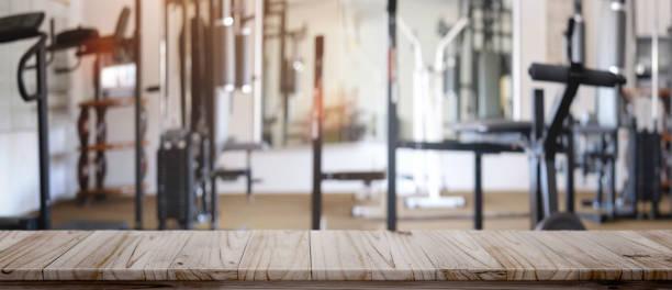 Table en bois vide espace plateforme et remise en forme gym de fond. - Photo