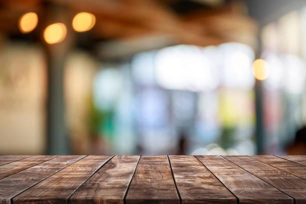 tom trä bordsskiva och oskärpa glas fönster interiör restaurang banner håna abstrakt bakgrund - kan användas för visning eller montage dina produkter. - bord bildbanksfoton och bilder