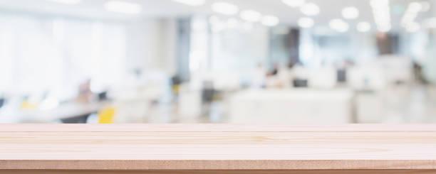空の木のテーブルトップとオフィスの建物の背景にぼかしガラス窓の壁-あなたの製品を表示したり、モンタージュに使用することができます。 - オフィス ストックフォトと画像