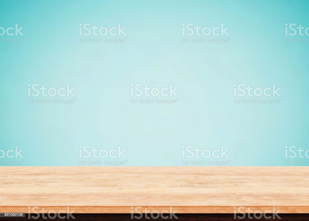 Leere Holz Tischplatte auf blauem Hintergrund, Verwendung als Produkt Display Montage – Foto