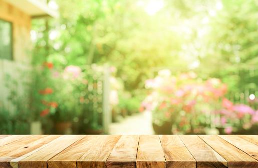 庭と家の背景からぼかし抽象緑の空の木のテーブル - まぶしいのストックフォトや画像を多数ご用意