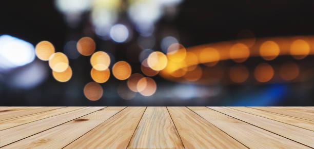leere holz-tischplatte mit abstrakter unschärfe bokeh leicht defokussierten hintergrund - goldene bar stock-fotos und bilder