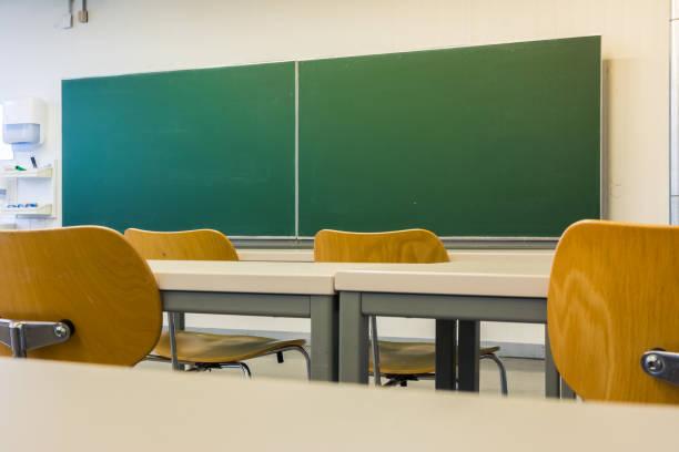 Leere Holzstühle in Tabellen Tiefe von Feld Lecture Hall niemand Green Tafel Bildung Universitätshochschule höher – Foto