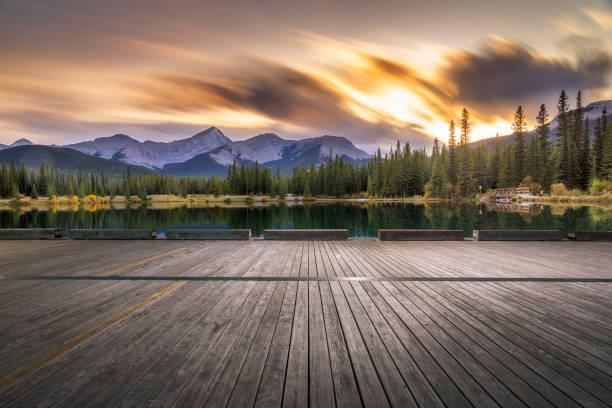 Leeres Holzdeck vor dem Forget-Me-Not Pond in der Dämmerung – Foto