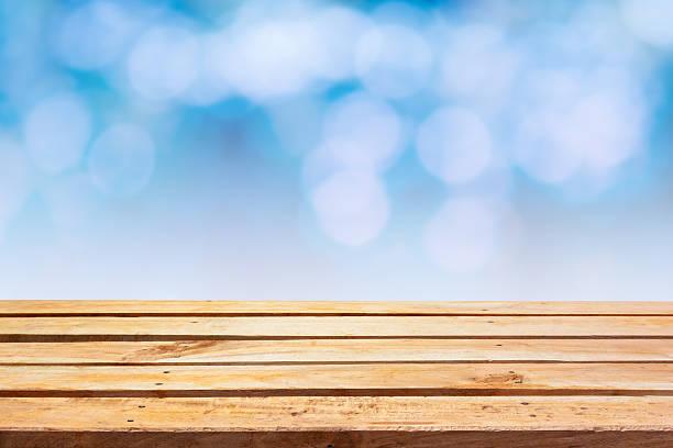 Leere Holzdeck Tisch mit bunten vintage Hintergrund. – Foto