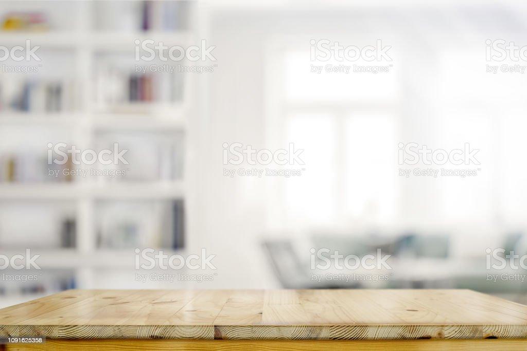 リビング ルームの背景の空の木製デスク テーブル - からっぽのロイヤリティフリーストックフォト