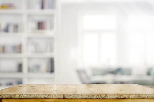 リビング ルームの背景の空の木製デスク テーブル - からっぽのストックフォトや画像を多数ご用意