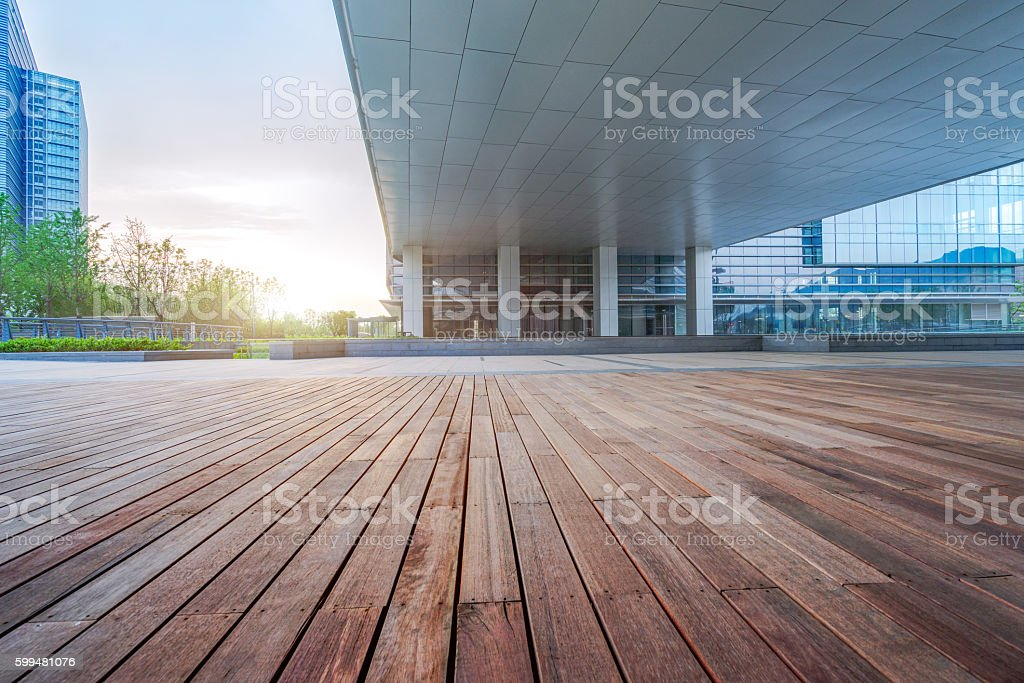 Empty wooden footpath front modern building – Foto