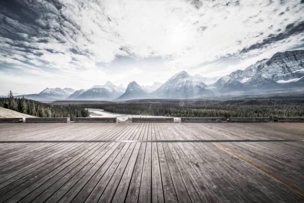 leere Holzterrasse vor dramatischer Landschaft – Foto
