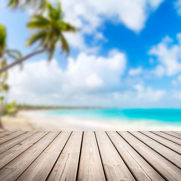 Cais de madeira vazia sobre desfocado praia tropical - foto de acervo