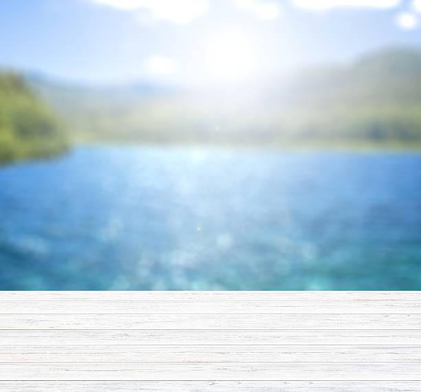 leere hölzernen pier mit mountain lake entfernt. - scyther5 stock-fotos und bilder