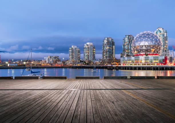 leere Holzbrett vor der Nacht downtown Skyline von vancouver – Foto