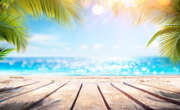 tablones de madera vacíos con playa borrosa y mar sobre fondo - playa fotografías e imágenes de stock
